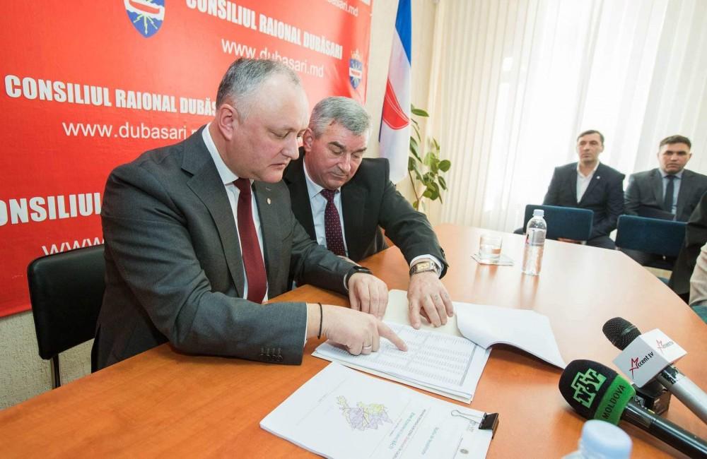 Un președinte de raion socialist, filmat în timp ce oferă bani alegătorilor pentru ca să voteze pe Igor Dodon și PSRM